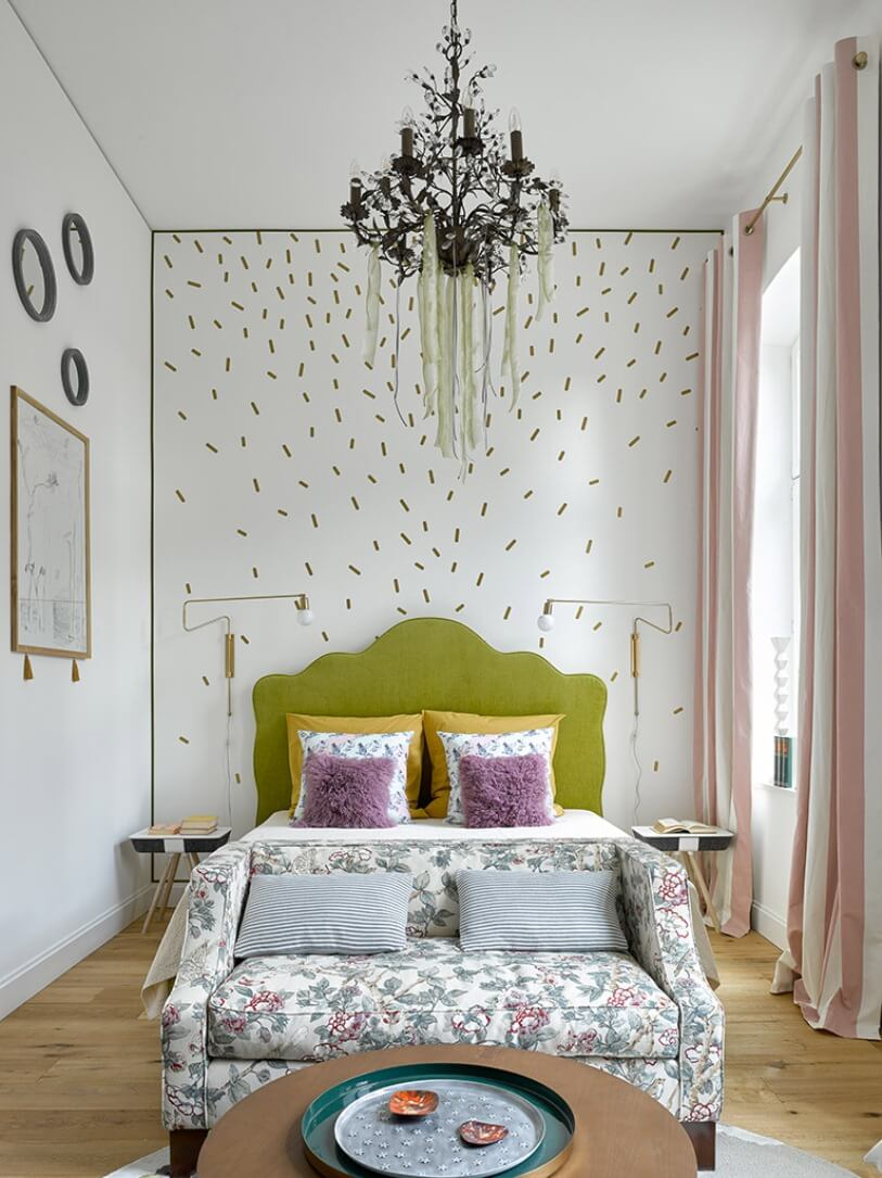 Кровать с оливковым изголовьем