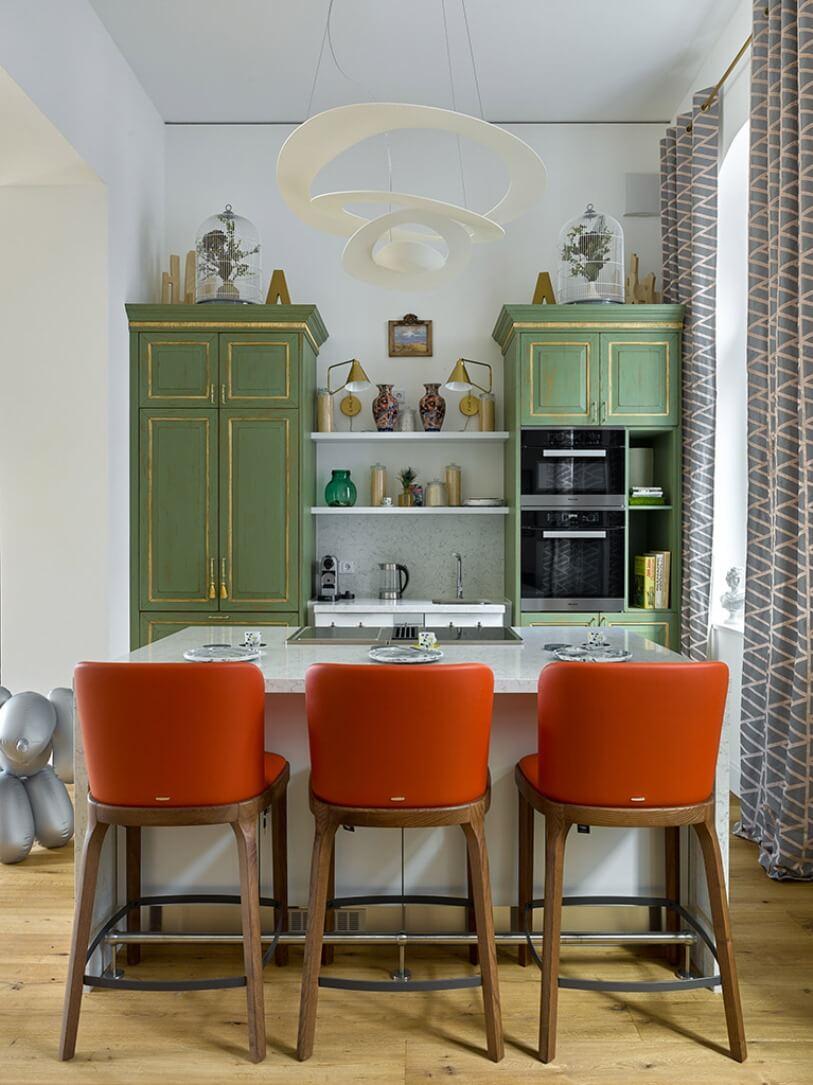Три оранжевых стула