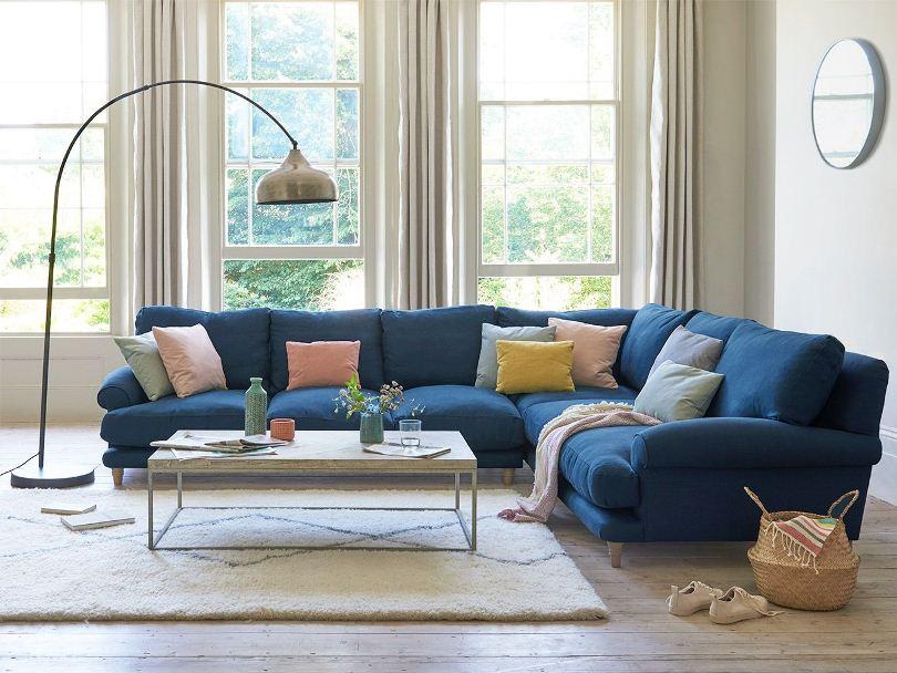 Синий диван возле окна
