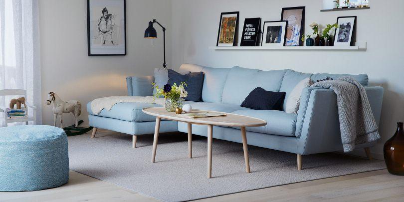 Нежно голубой диван и синие подушки