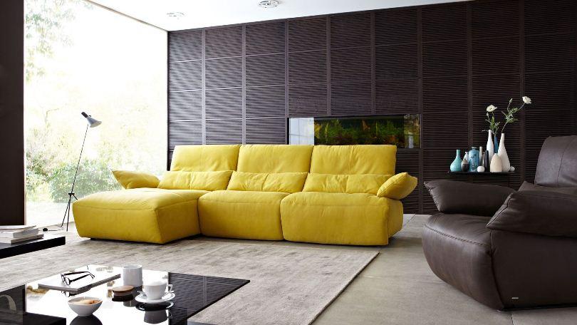 Черная стена и лимонный диван