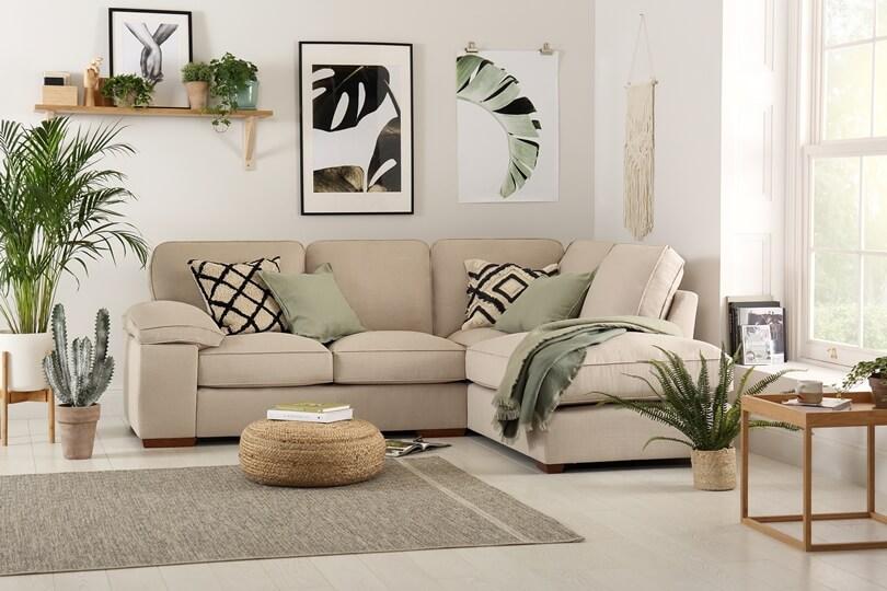 Картины с цветами и зеленые подушки
