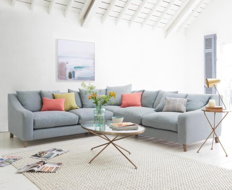Розовые и желтые подушки на диване
