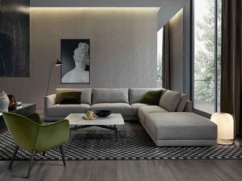 Серый диван и ковер-шахматы