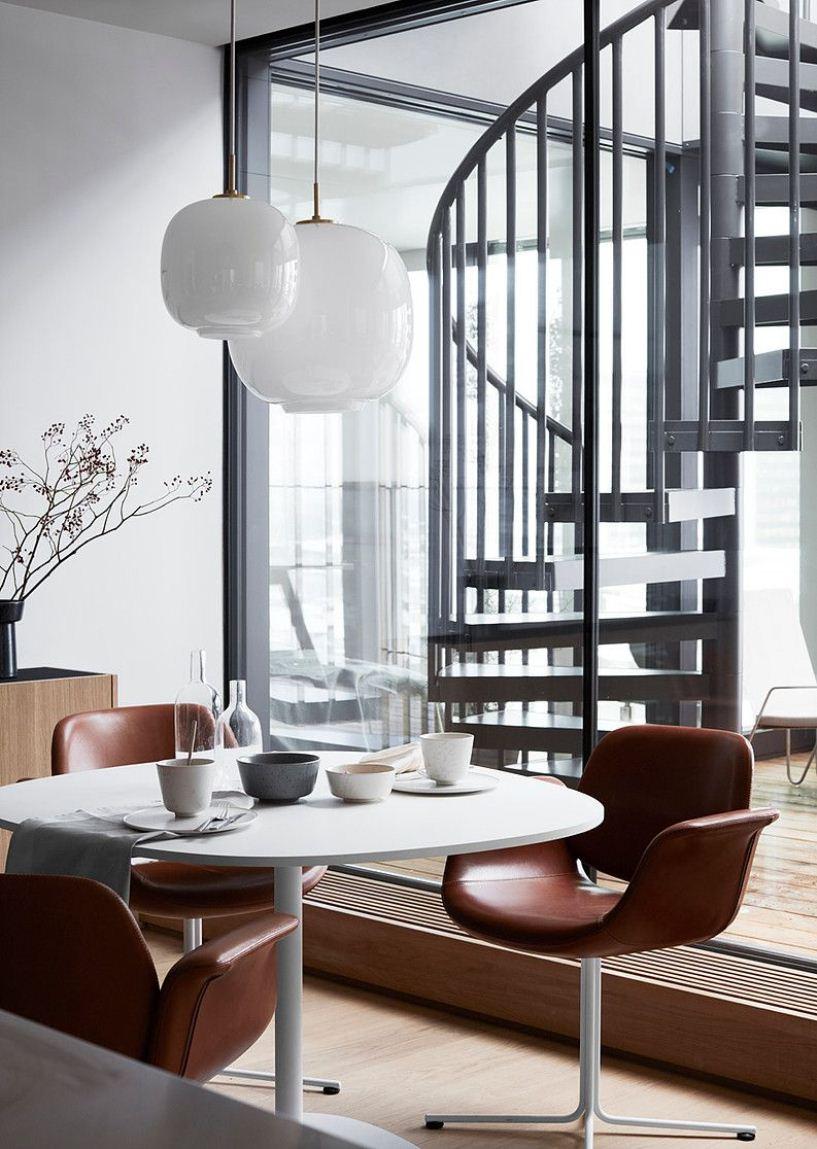 Коричневые кресла и стол