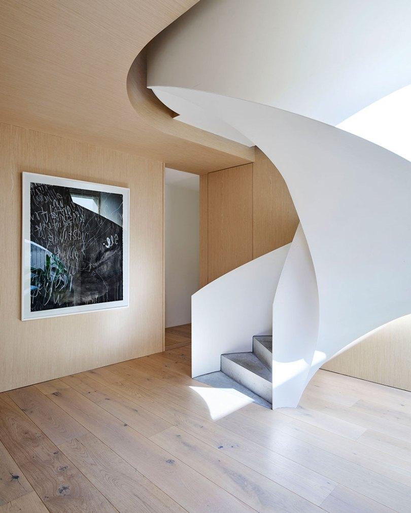 Лестница и картина