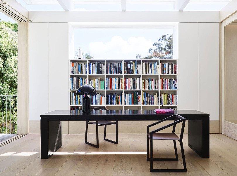 Рабочий стол и книги
