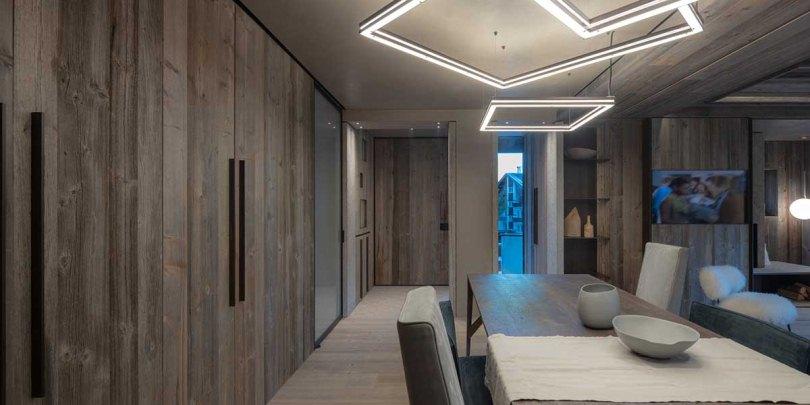 Деревянный шкаф в гостинной