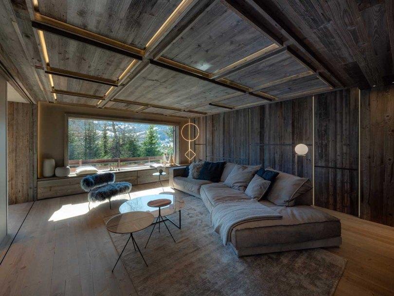 Гостинная в деревянной отделке