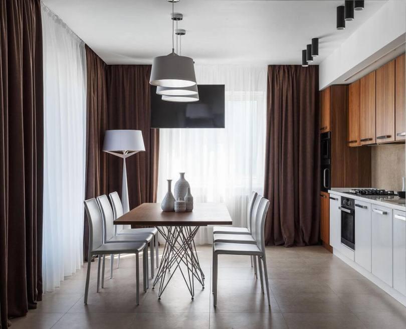 Кухня и коричневые шторы