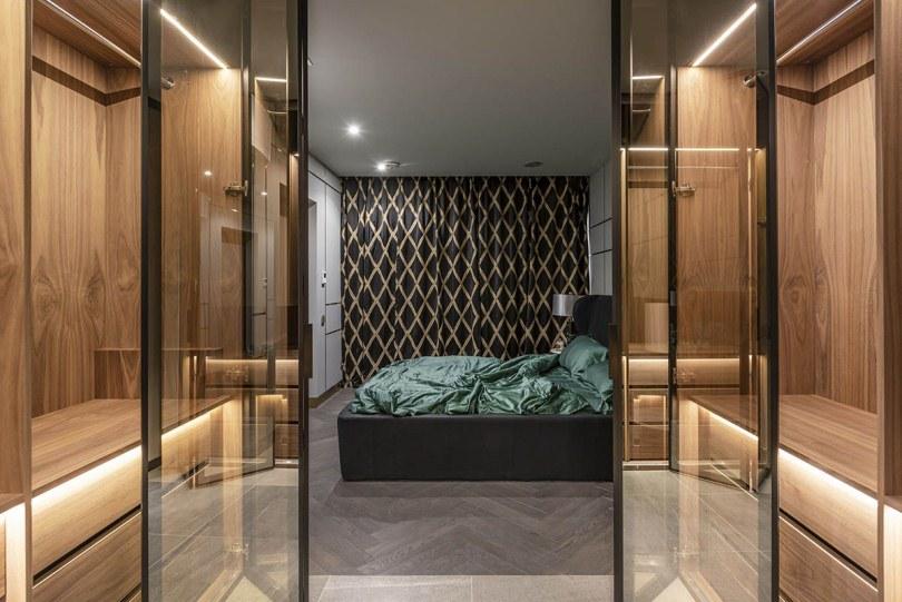 Спальня со стеклянными дверьми