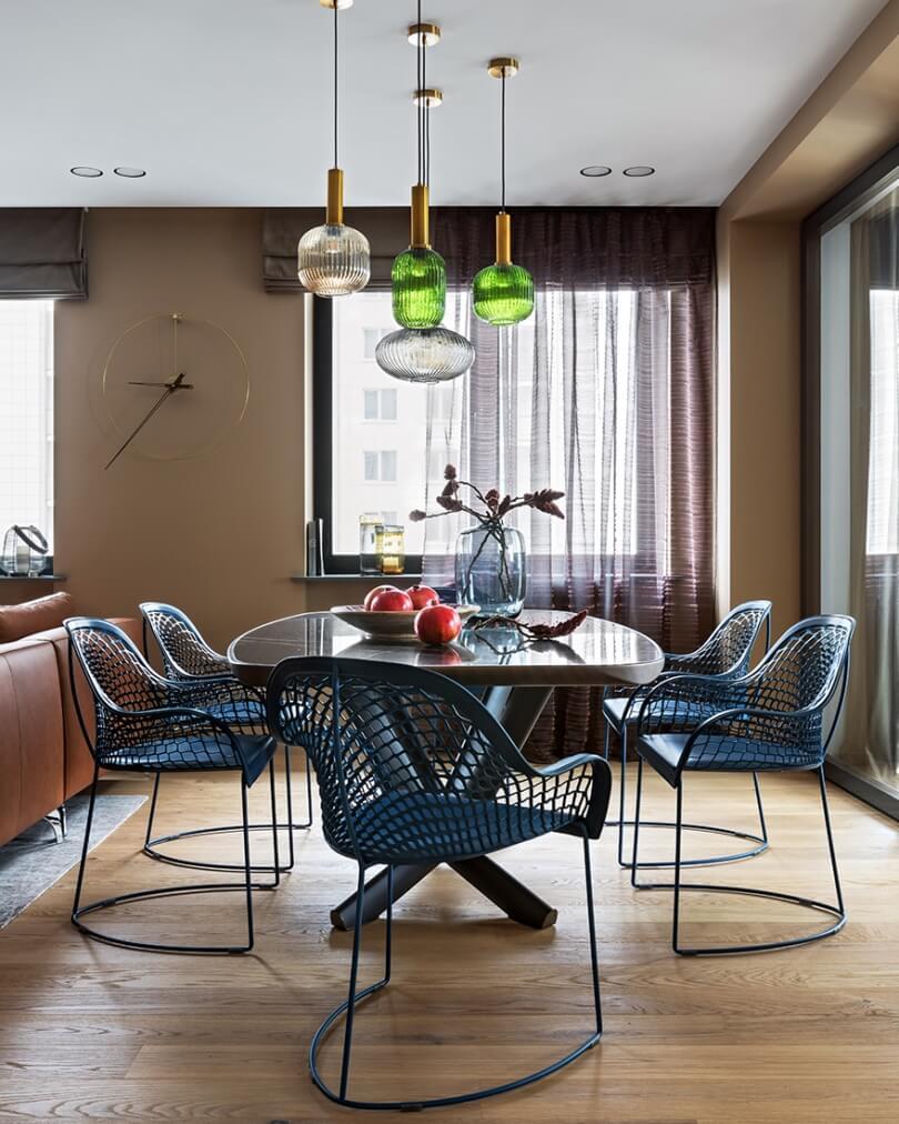 Стол и плетеные кресла