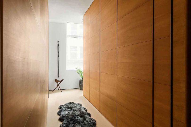 Коридор с деревянными стенами