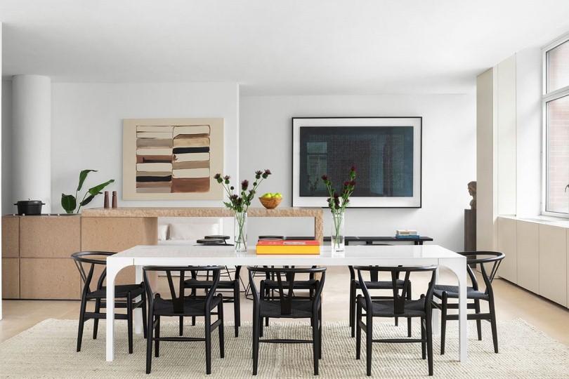 Черные стулья и белый стол