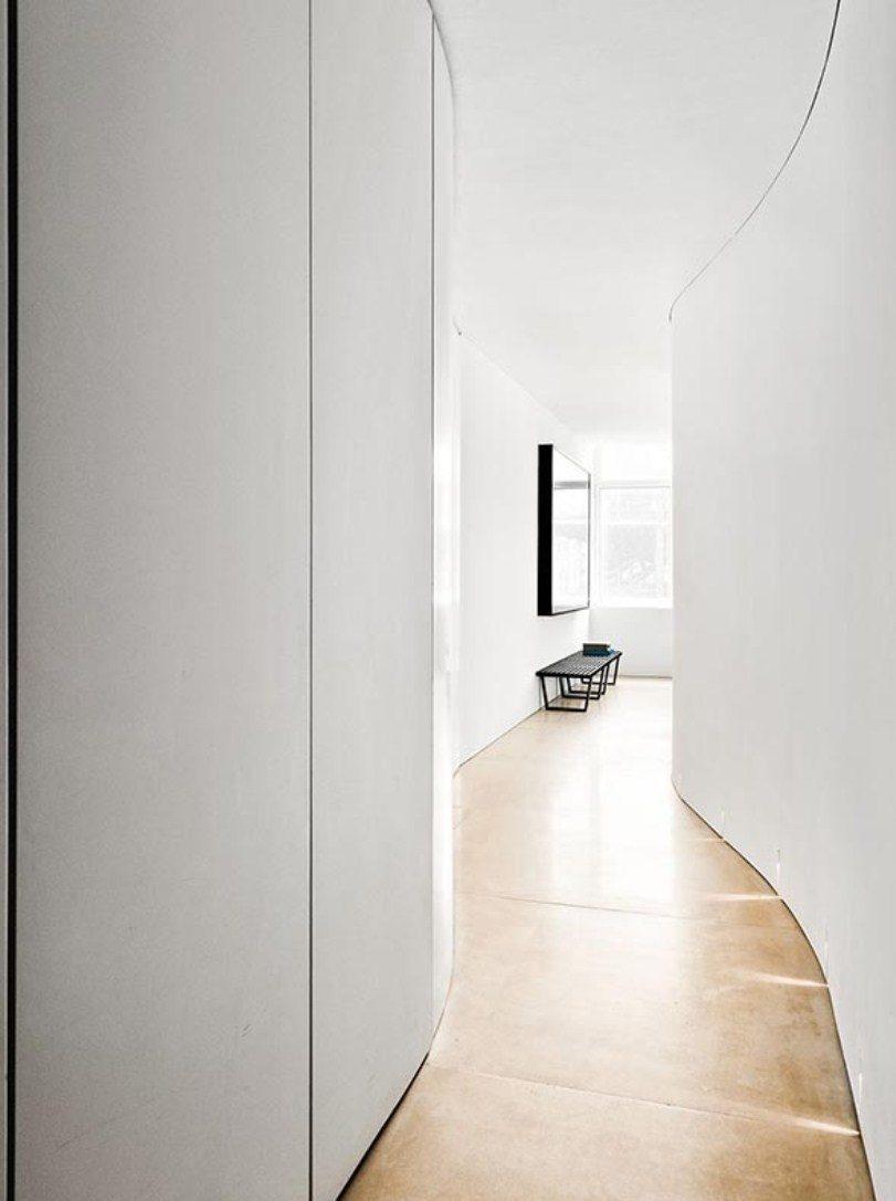 Коридор с белыми стенами