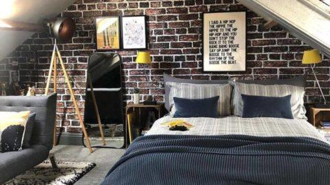 Кровать и кирпичная стена