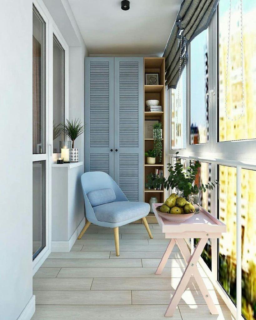 Голубое кресло и шкаф