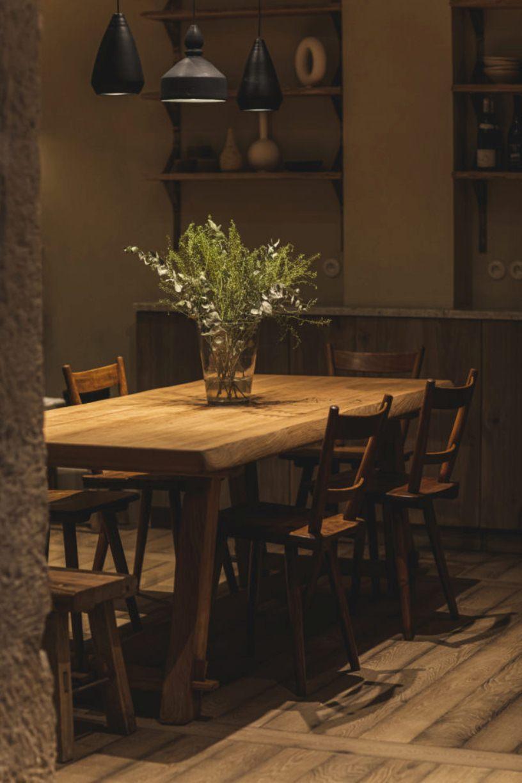 Деревянный стол с вазой