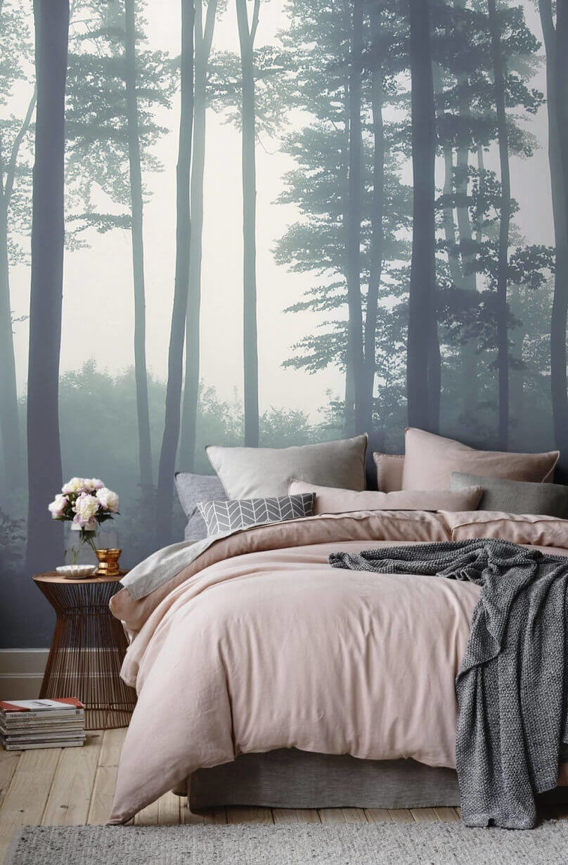 Кровать и круглый столик