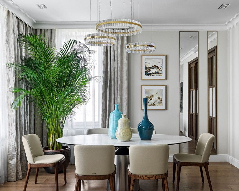 Круглый стол с вазами