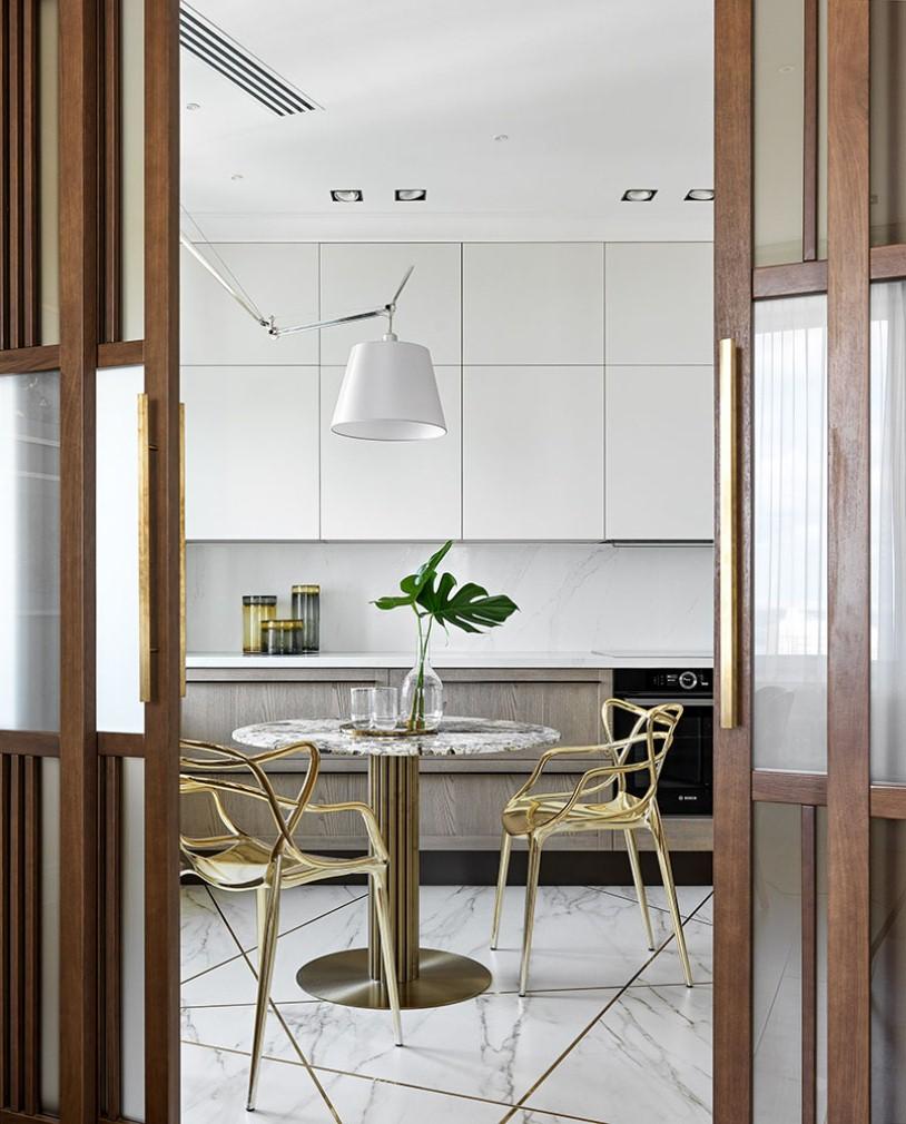 Кухня с деревянными дверьми