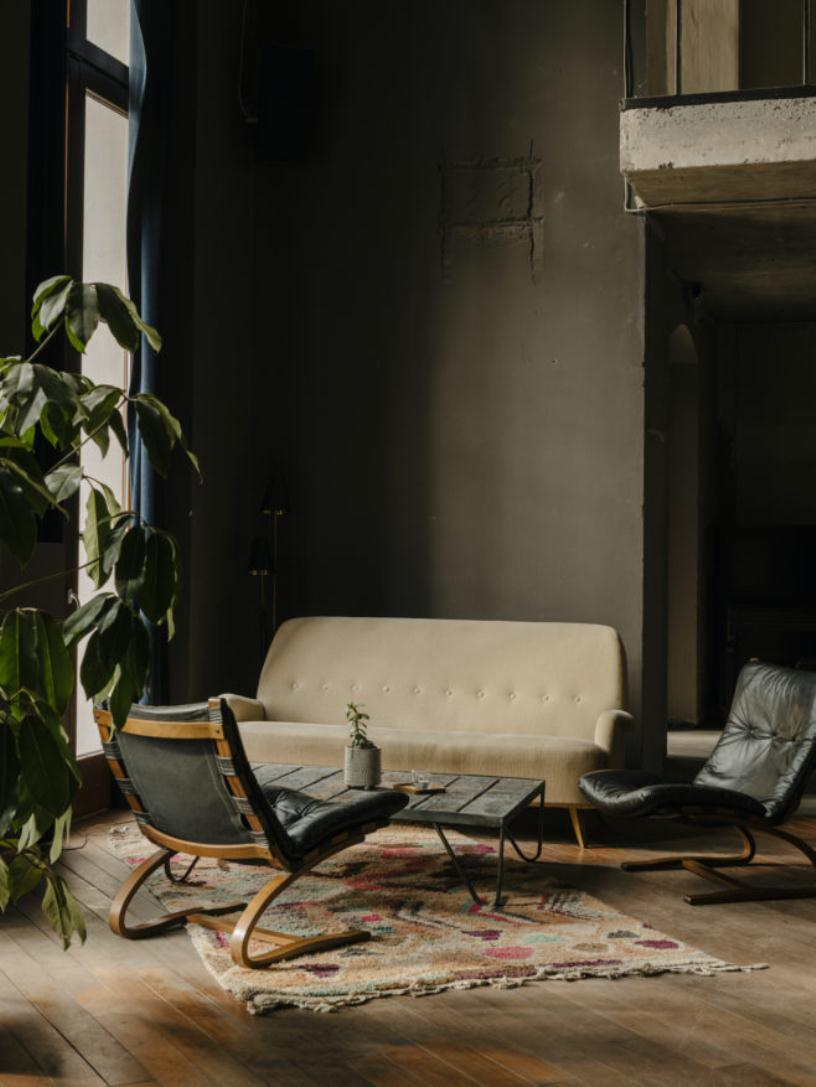 Бежевый диван и кожаные кресла
