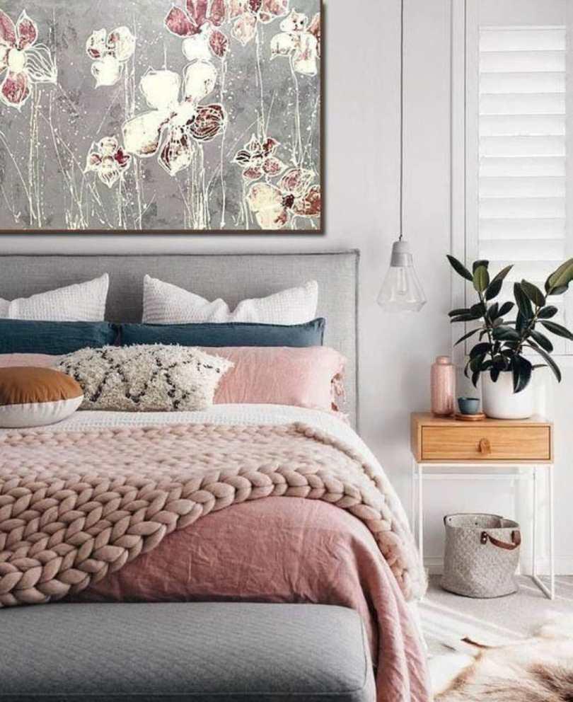 Розовый плед на кровате