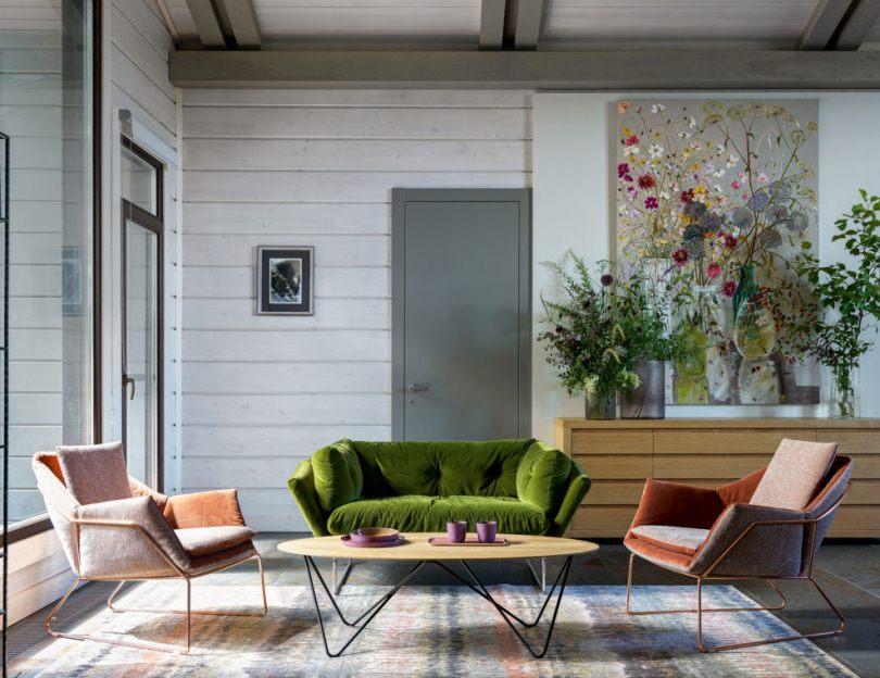 Зеленый диван и серая дверь