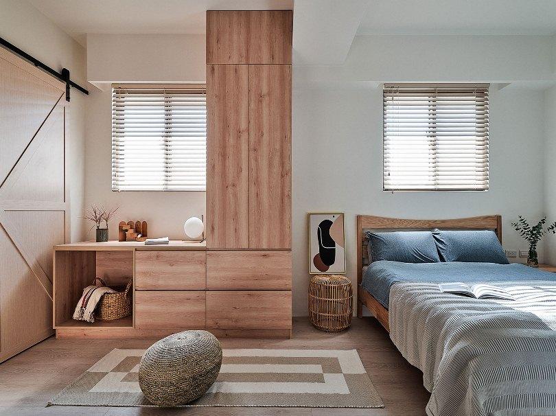 Деревянный шкаф и стол