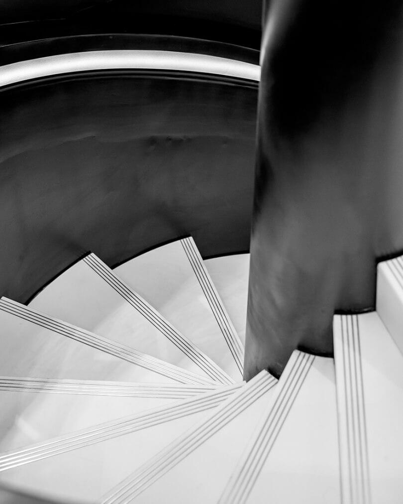 Белые ступени и черные перила