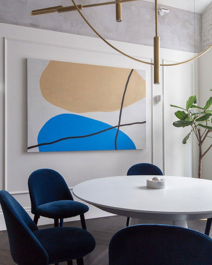 Картина возле стола