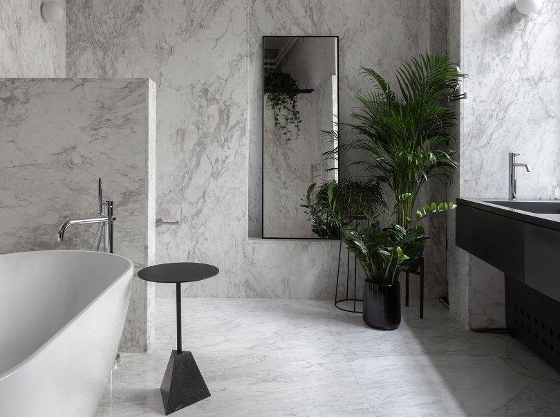 Мраморные стены в ванной