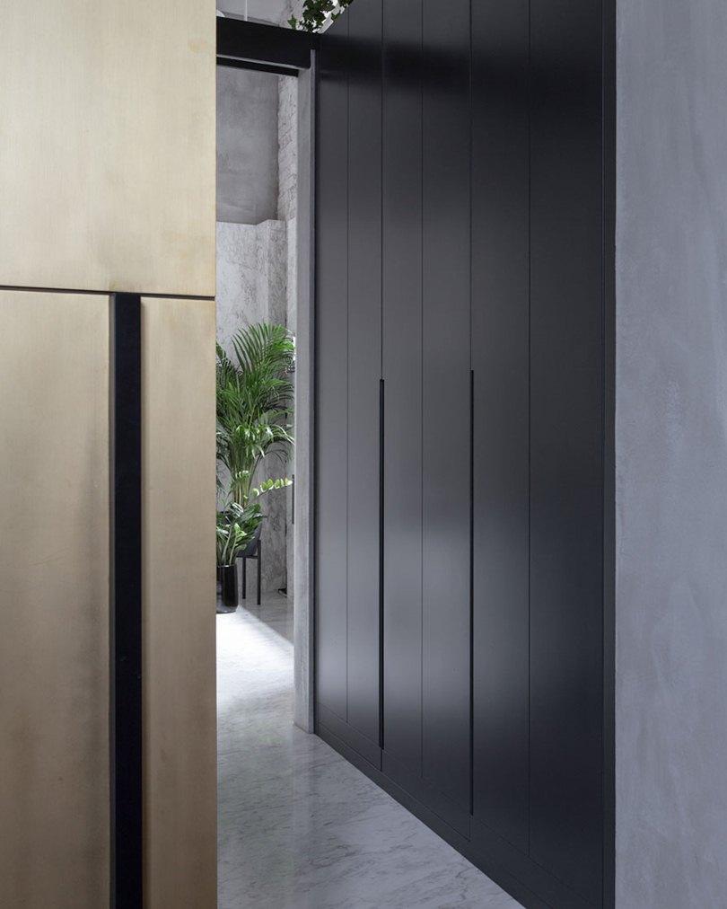 Черная стена в коридоре