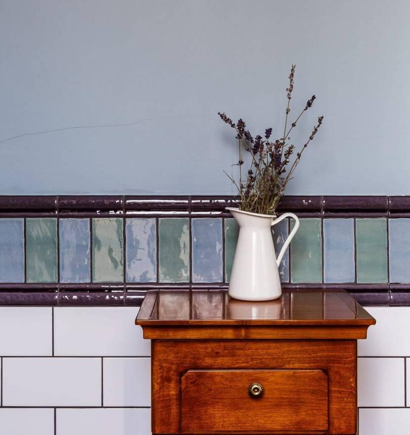 Белая плитка на стене