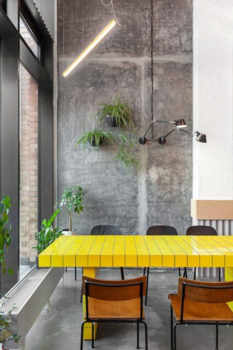 Желтый стол