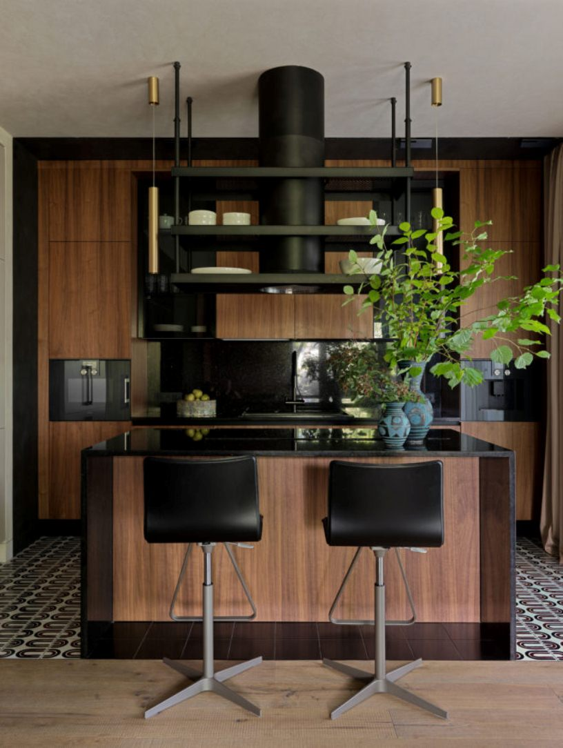 Черные стулья у кухонного острова