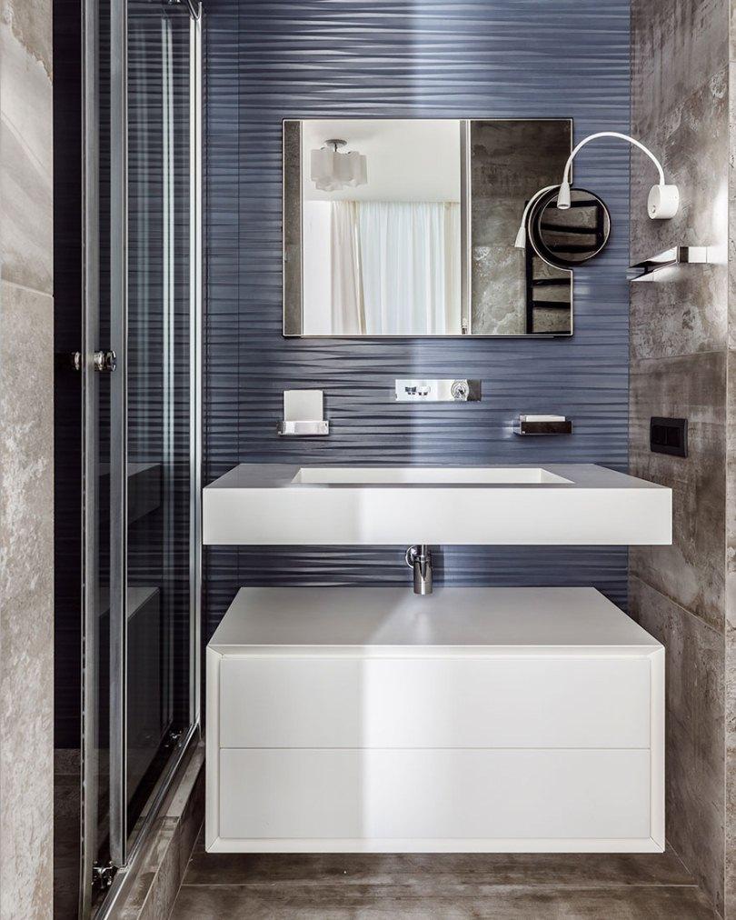 Синяя стена в ванной