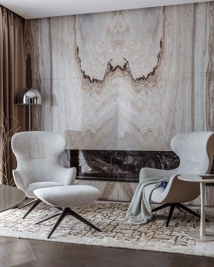 Кресла и мраморная стена