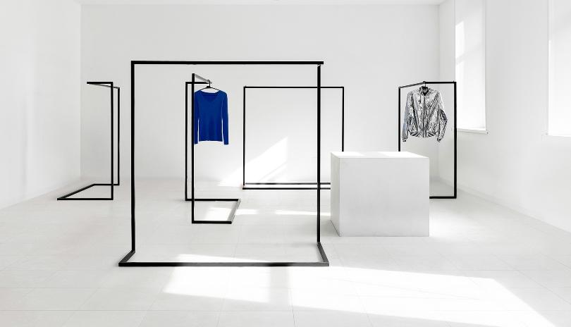 Белое помещение с окнами
