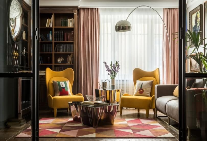 Желтые кресла и бежевые шторы