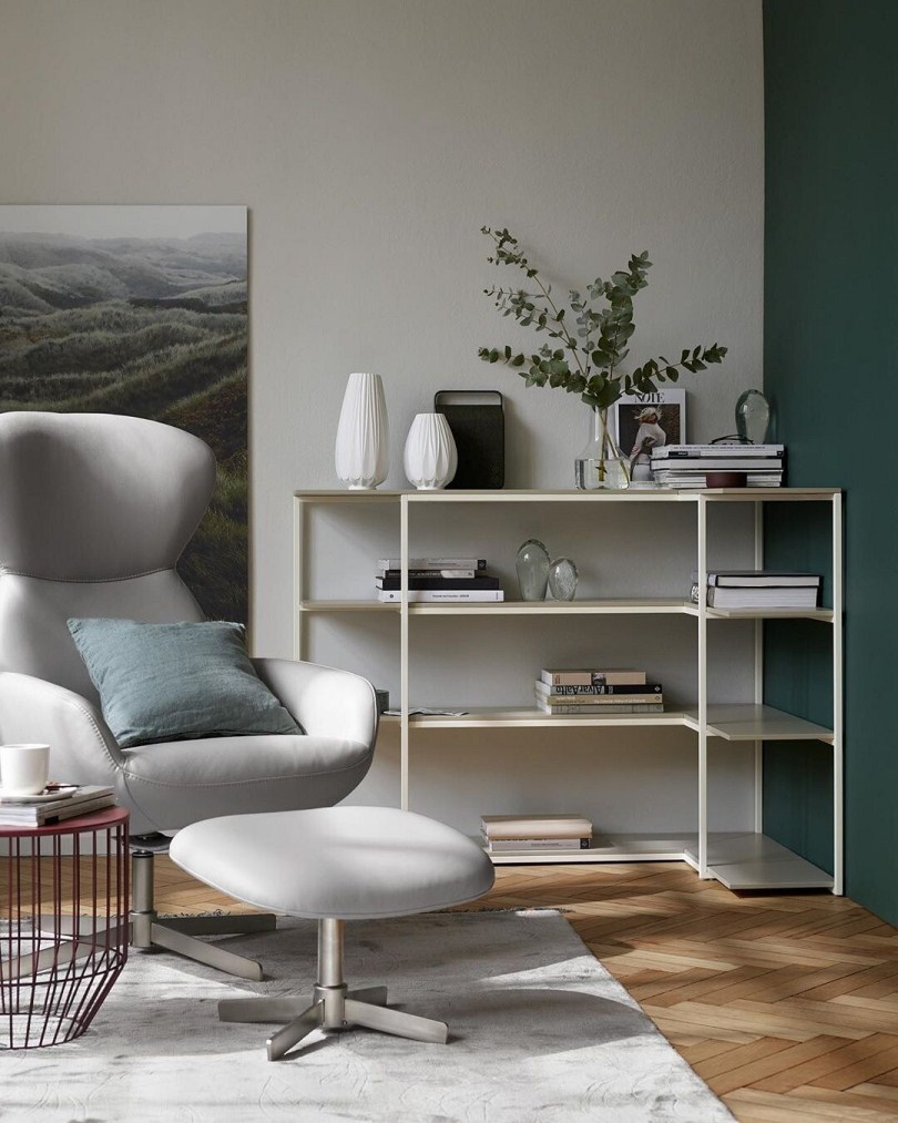 Светло-серое кресло и стеллаж