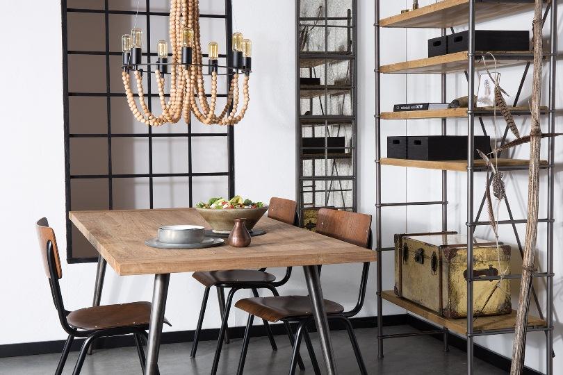 Деревянный стол и люстра из бусин