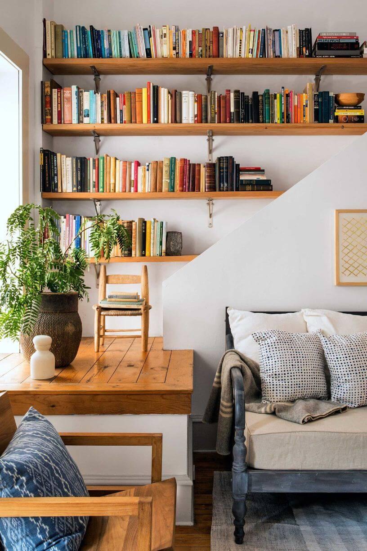 Деревянные полки с книгами