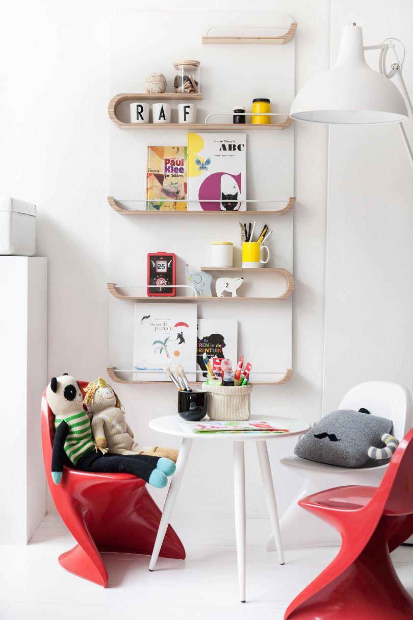 Красные стулья в детской