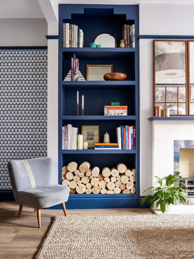 Синий стеллаж и дрова