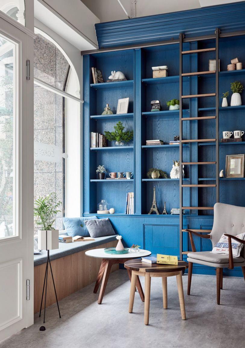 Синий стеллаж и лестница