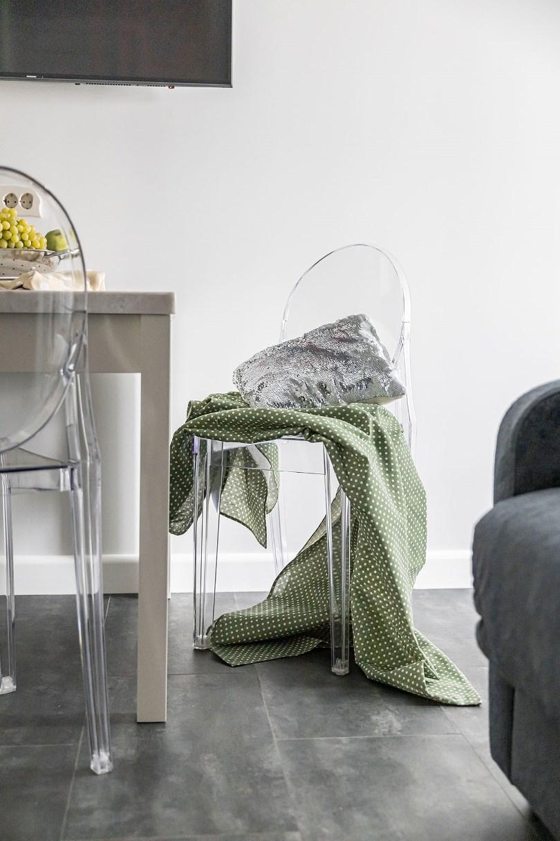 Пластиковые стулья в интерьере